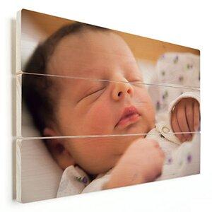 pasgeboren baby op hout